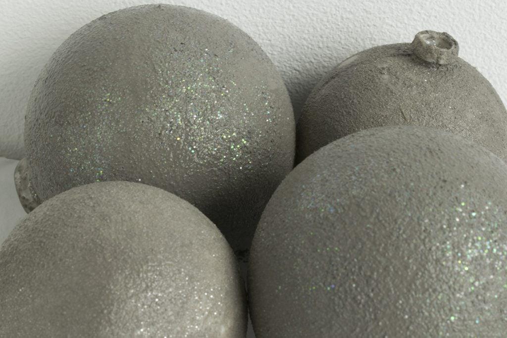 Betonlook-kerstballen-stap-primer-erop- betonlook-verf