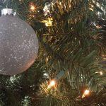 DIY-Betonlook-kerstballen-kerstboom-industriele-kerstdecoratie-industrieel-interieur