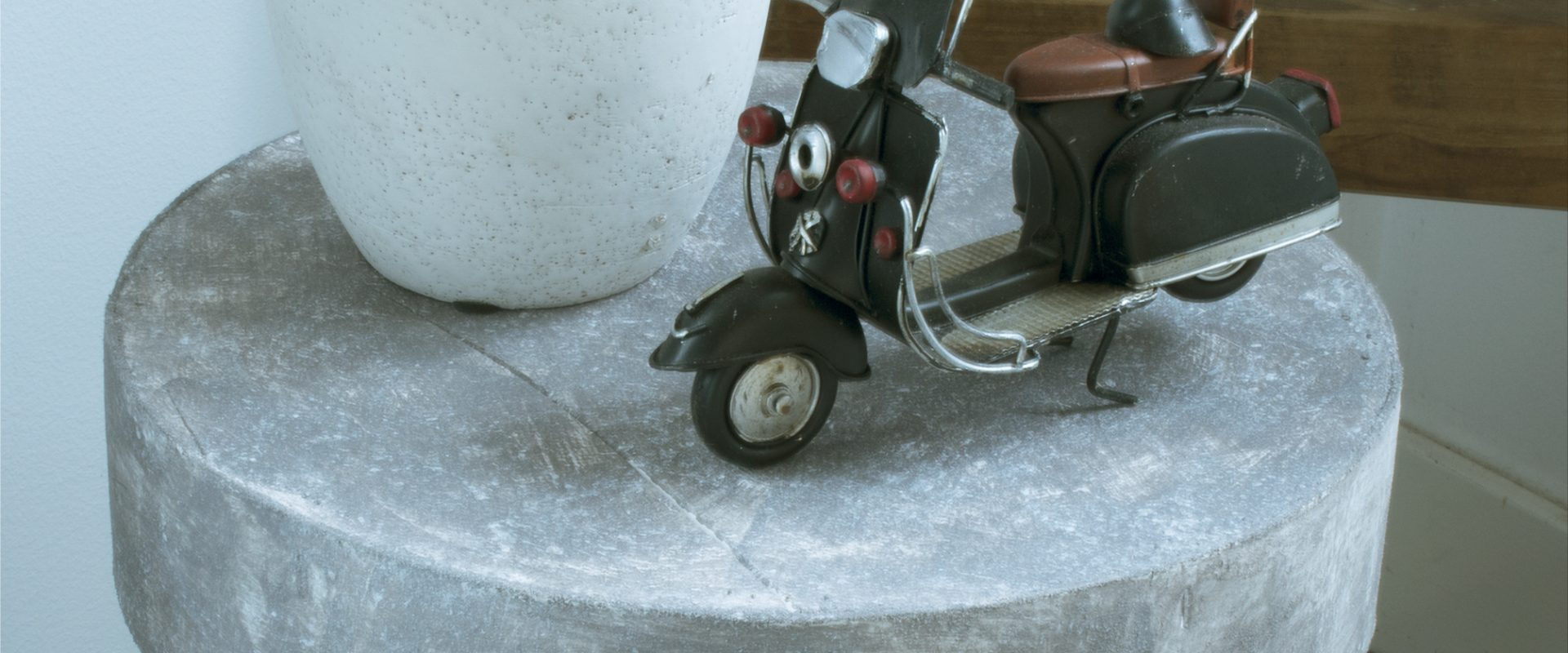 DIY-Betonlook-verf-betonlook-krukje-betonlook-effect-betonlook-muur-betonlook-vloer-verf-betonlook-muurverf-betonlook-betonlook-op-hout-00