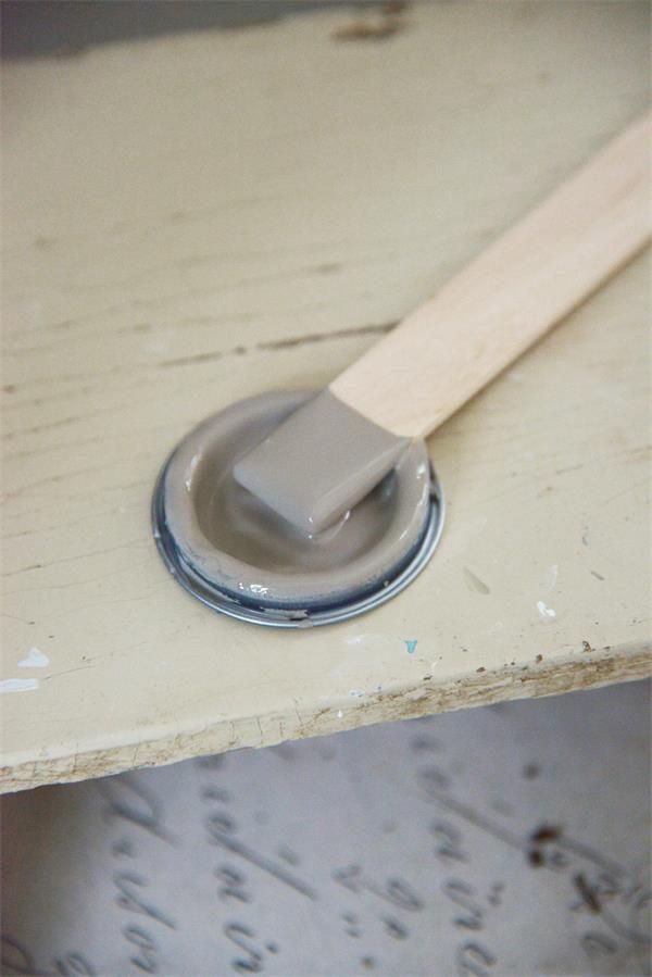 Taupe-krijtverf-grijze-krijtverf-krijtverf-grijs-krijtverf-tafel-krijtverf-kast-krijtverf-aanbrengen