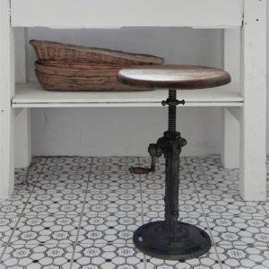 Industriele-kruk-oud-hout-uniek-metaal-industriele-stoel-industrieel-interieur-rond-1-vierkant