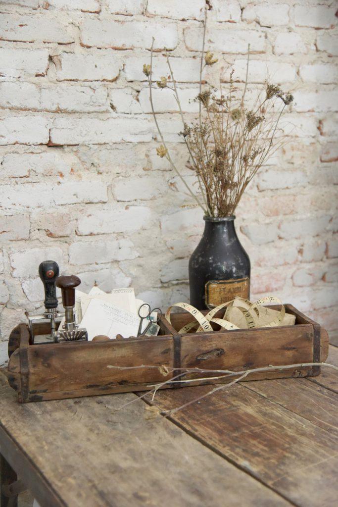 Oude-houten-steenmal-houten-bak-houten-dienblad-industriële-accessoires-industriele-decoratie-industriele-woonaccessoires