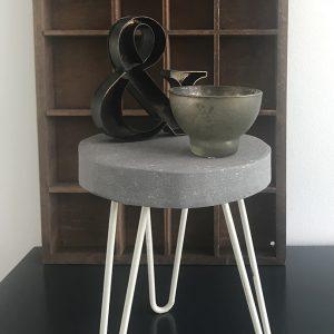 Betonlook-verf-inspiratie-betonlook-meubels-betonlook-krukjes-kleur-soft-grey-betonlook-woonaccessoires-betonlook-decoratie