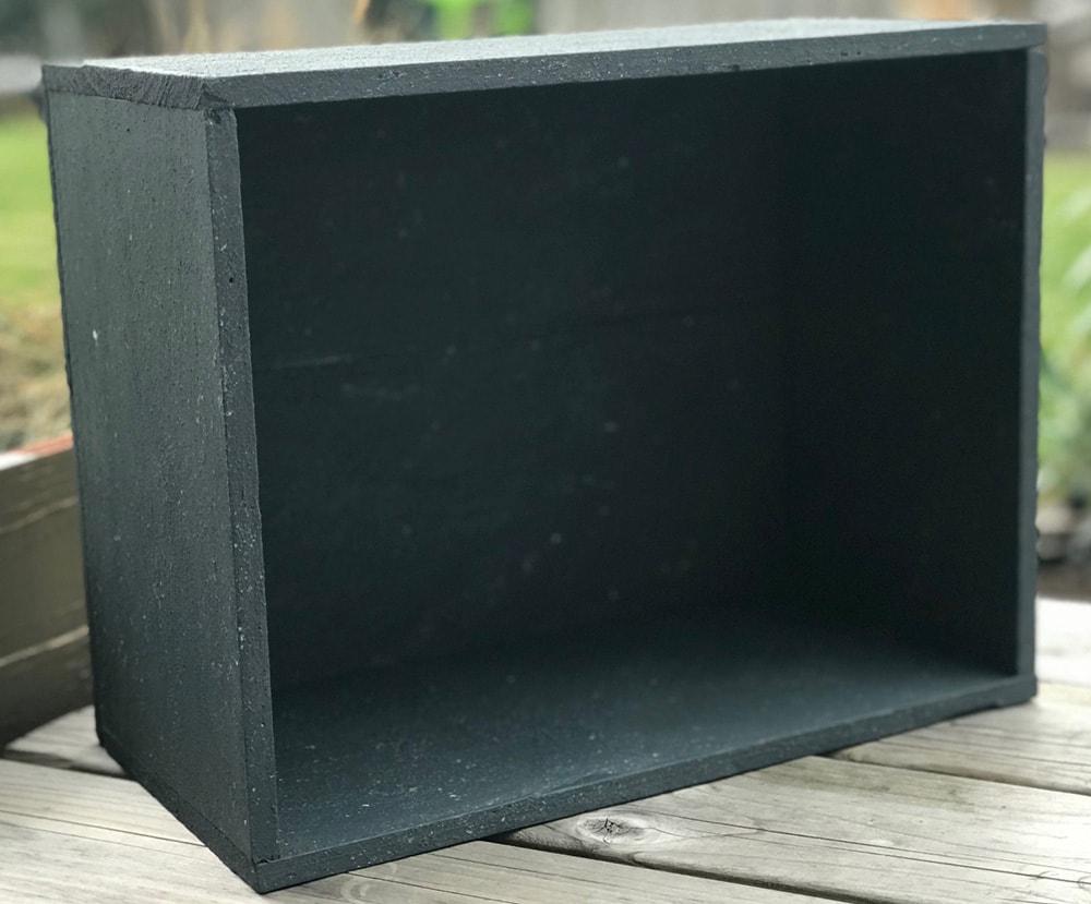Zwart-betonlook-verf-effect-diy-betonlook-project-betonlook-woonaccessoires-betonlook-accessoires-zwart-betonlook-kistje-grijze-primer