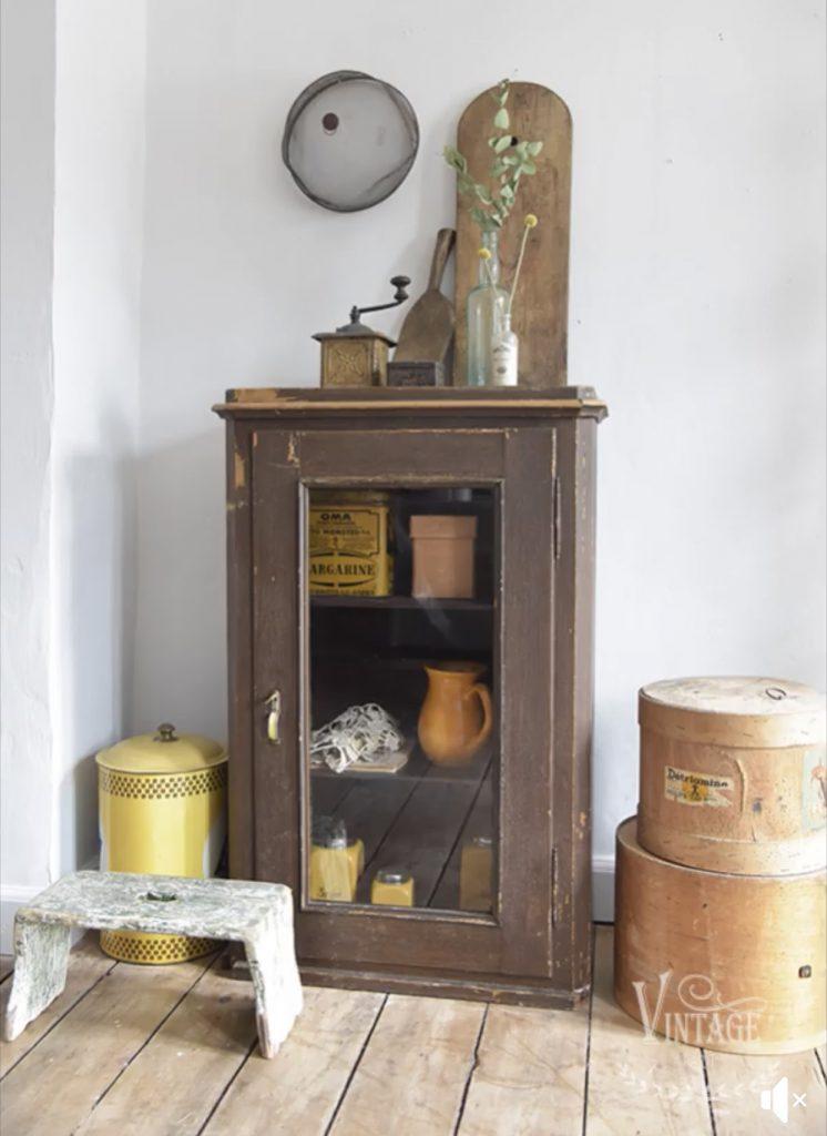 Vintage-apothekesflesjes-oude-flesjes-decoratie-vintage-industriele-woonaccessoires-industrieel-interieur-industriele-woonkamer-vintage-woonkamer