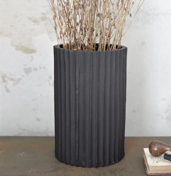 Aluminium-vaas-industriele-decoratie-grijze-woonaccessoires-industriele-vaas-droogbloemen-bloemen
