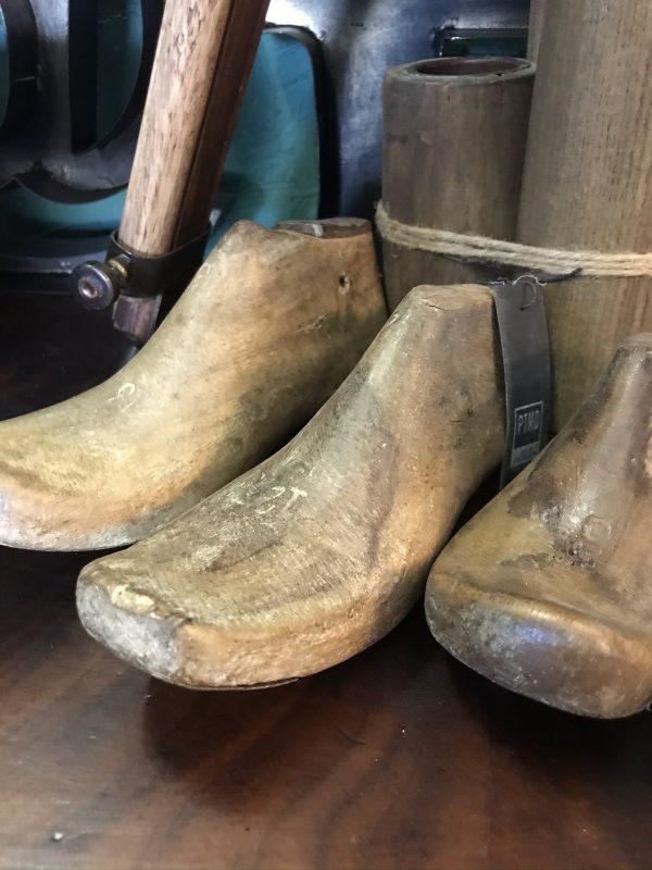Decoratieve-oude-houten-schoenleest