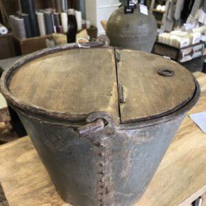 Emmer zink met houten deksel