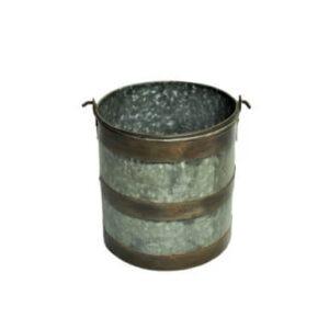 Metalen emmer met ijzeren beslag