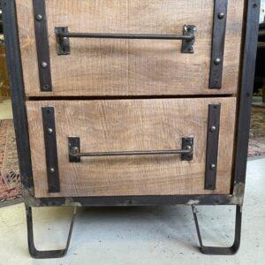 Industrieel houten kastje